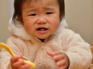 スプーンを持ってねだる赤ちゃん