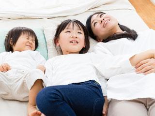 姉妹と母親の三人が並んで寝ている