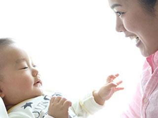 母親と赤ちゃんが笑顔で向き合う