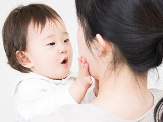 母親の顔に手で触る赤ちゃん
