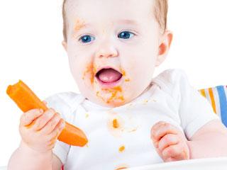 野菜スティックを食べる赤ちゃん