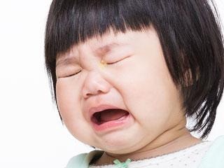 泣く赤ちゃんの目頭に目やに
