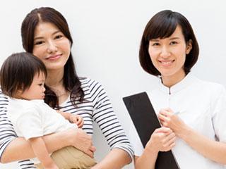 看護師と赤ちゃんを抱いた母親