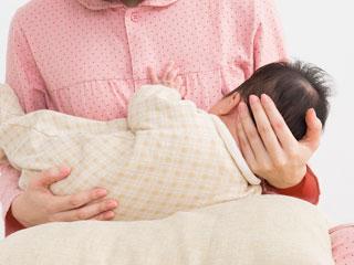 赤ちゃんに母乳を与える母親