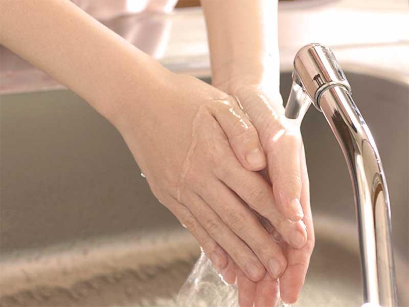 手を洗っている女性の手元