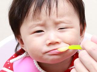 いやいやスプーンを口に入れる赤ちゃん