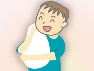 赤ちゃんを縦抱きにするパパ