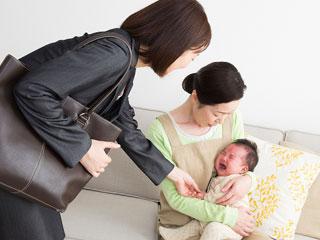 母親に子供を預けて出かける母親