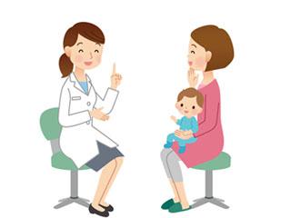 女医の診察を受ける赤ちゃん