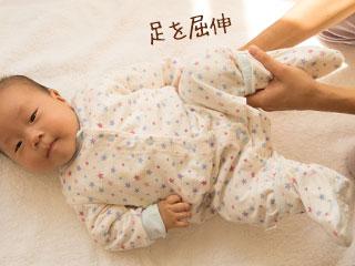足の屈伸運動をする赤ちゃん