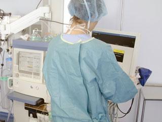 手術室で麻酔を操作