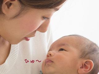 抱っこした赤ちゃんの息を聞く母親