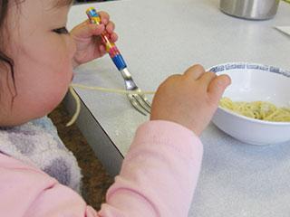 麺を食べる赤ちゃん