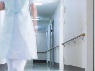 病院の廊下を歩く看護師