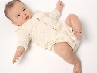 足を動かす赤ちゃん