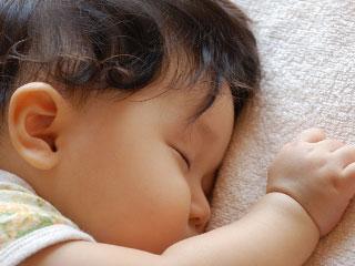 うつぶせで寝る赤ちゃん