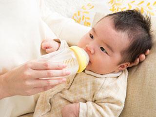 赤ちゃんにミルクを飲ませる