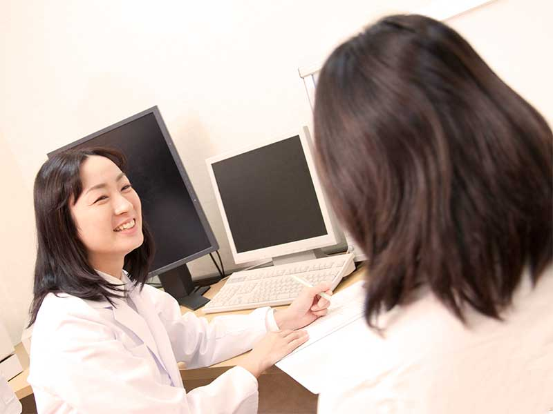 病院で診察を受けている妊婦