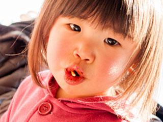 お菓子を咥えた女の子