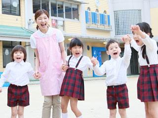 幼稚園で手を繋ぐ子供達