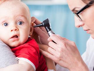 赤ちゃんの耳を診察する医師