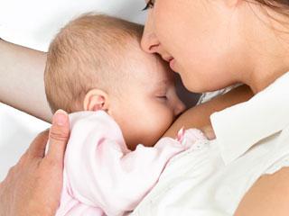 添い乳の姿勢の母親と赤ちゃん