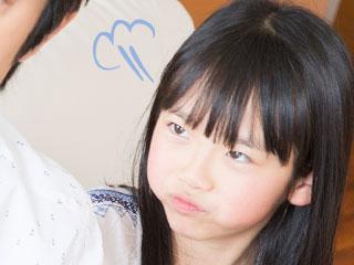 親にふくれ面を向ける女の子