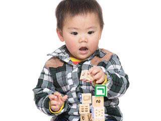 ブロックを積む赤ちゃん