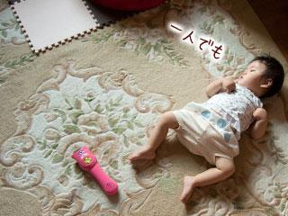部屋に一人で居る赤ちゃん