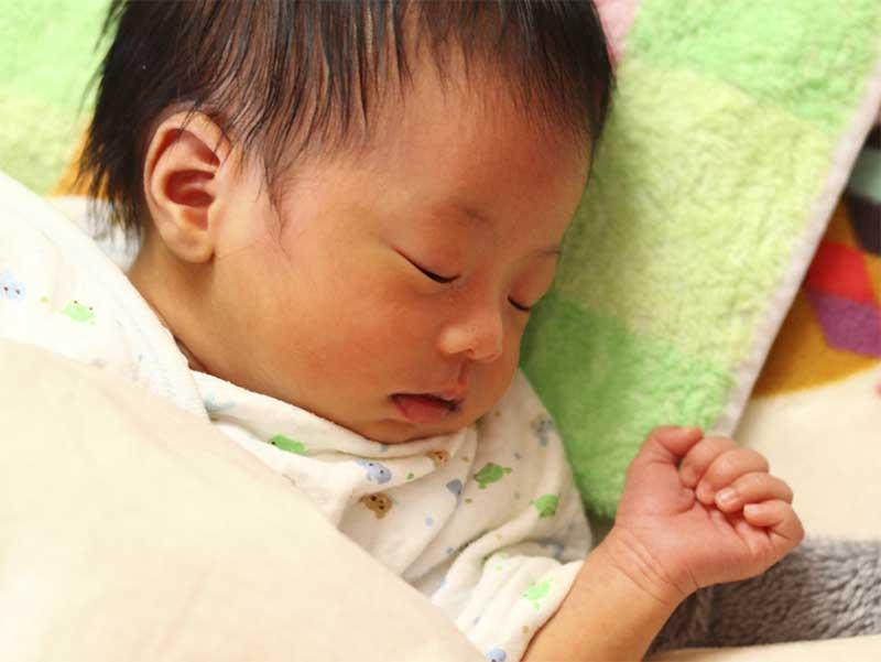 寝ている新生児