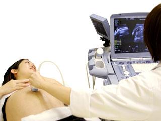 エコー画像で胎児を見る医師
