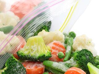 ジッパ袋からこぼれる冷凍野菜