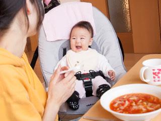 母親と一緒に食事する赤ちゃん