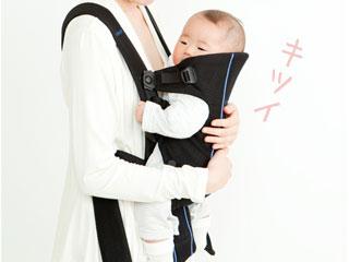 抱っこ紐で赤ちゃんを抱く
