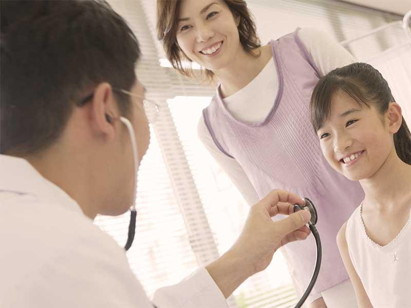 病院で診察を受けている女の子