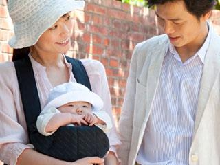 赤ちゃんと一緒に家族で出かける