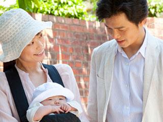 赤ちゃんを連れて外出する夫婦