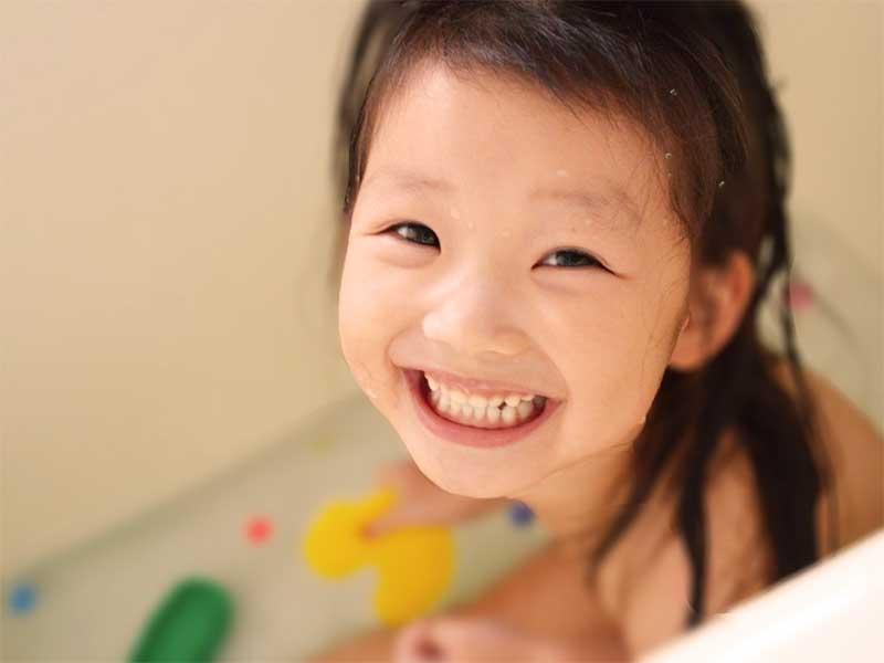 お風呂で遊んで笑顔の女の子