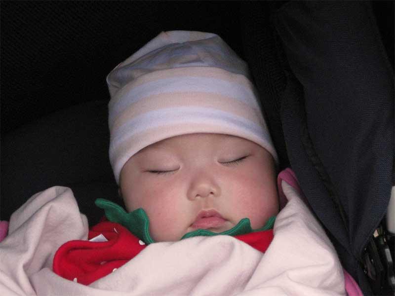 帽子をかぶっている新生児
