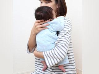 赤ちゃんを縦抱きする母親