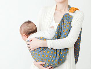 スリングで抱っこする母親