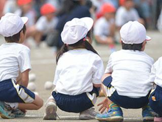 運動会に参加する子供