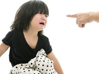 親に叱られて泣く幼児
