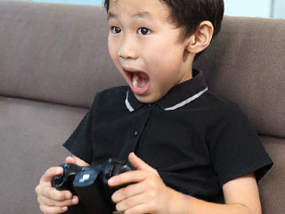ゲームに夢中な子供