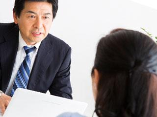 男性の上司と相談する女性