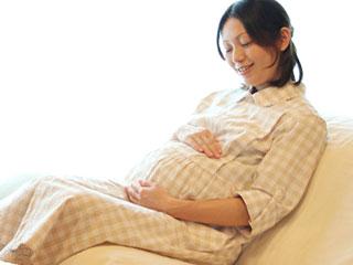 ソファに座る妊婦
