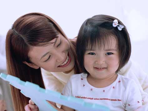 子供にベッタリのママと困り顔の子供