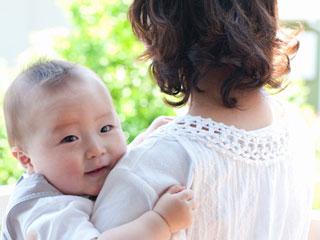 母親に抱かれて戸外に出る赤ちゃん