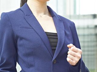 スーツ姿で働く女性