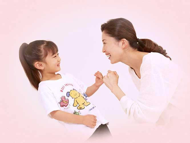 指切りで約束している3歳の女の子と母親